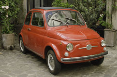 Gullig liten konvertibel röd bil royaltyfri fotografi