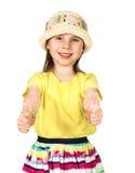 Gullig liten modeflicka i färgrik sommarkläder och hatt Arkivbilder
