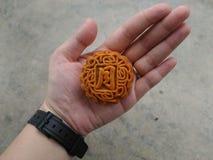 Gullig liten Mooncake med det kinesiska teckenet för måne Arkivfoton