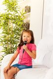 Gullig liten sångare Arkivfoto