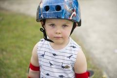 Gullig liten skateboradåkarepojke med inställning royaltyfria bilder