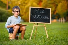 Gullig liten skolpojkeläsebok Fotografering för Bildbyråer