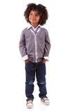 gullig liten stående för afrikansk amerikanpojke Arkivbild