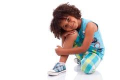 gullig liten stående för afrikansk amerikanpojke Royaltyfria Bilder