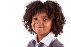 gullig liten stående för afrikansk amerikanpojke Royaltyfria Foton