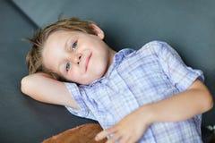 gullig liten stående för pojke Arkivbilder