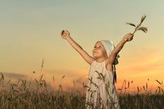 Gullig liten stående flicka Royaltyfri Bild