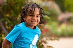 gullig liten stående för afrikansk amerikanpojke Royaltyfri Fotografi