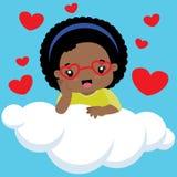 Gullig liten svart flicka med exponeringsglas som sitter på ett moln stock illustrationer