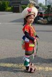 Gullig liten taiwanesisk flicka i skrud av den Hualien stammen med huvudbonaden och kjolen, Kaohsiung, Taiwan arkivbilder