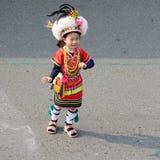 Gullig liten taiwanesisk flicka i skrud av den Hualien stammen med huvudbonaden och kjolen, Kaohsiung, Taiwan arkivfoto