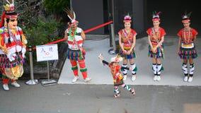 Gullig liten taiwanesisk flicka i skrud med dansgruppen av den Hualien stammen med huvudbonaden och kjolen, Kaohsiung, Taiwan royaltyfri foto
