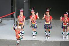 Gullig liten taiwanesisk flicka i skrud med dansgruppen av den Hualien stammen med huvudbonaden och kjolen, Kaohsiung, Taiwan arkivbilder