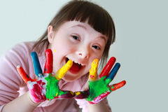 Gullig liten unge med målade händer Arkivfoton