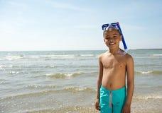 Gullig liten unge som ler med snorkeln Royaltyfri Bild