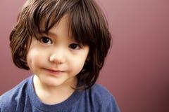 gullig litet barn för pojke Arkivfoton
