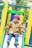 Gullig litet barn på glidbana Arkivfoton