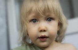 Gullig litet barnflicka med grunt djup för stora härliga ögon av fältet Royaltyfria Bilder