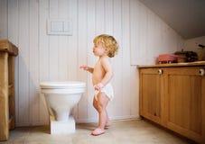 Gullig litet barnpojke i badrummet Arkivbilder