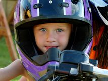 Gullig litet barnpojke i en motorcykelhjälm Royaltyfri Fotografi