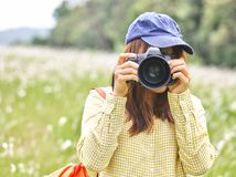 Gullig livsstil f?r ung kvinna med mode att koppla av kl?der i f?ltet fotografering för bildbyråer