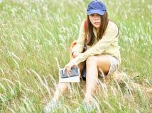 Gullig livsstil f?r ung kvinna med mode att koppla av kl?der i f?ltet royaltyfri foto