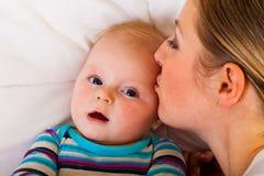 gullig lycklig begynna moder Arkivfoton
