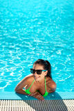 Gullig lycklig bikinikvinna med det trevliga bröstet i simbassäng Arkivbild