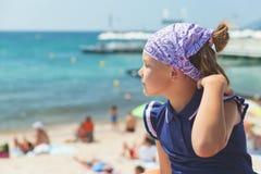 Gullig lycklig Caucasian liten flicka i bandanna fotografering för bildbyråer