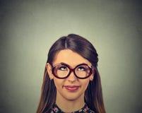 Gullig lycklig kvinna för Closeupståendeheadshot i exponeringsglas som ser upp Royaltyfri Foto