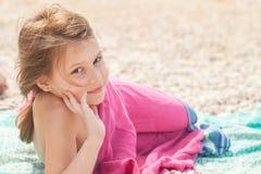 Gullig lycklig le Caucasian liten flicka royaltyfri fotografi