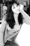 Gullig lycklig le svartvit stående för brunett Arkivfoton