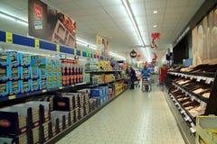 gullig lycklig liten shoppingsupermarket för tecken Arkivfoto
