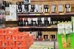 gullig lycklig liten shoppingsupermarket för tecken Royaltyfri Bild