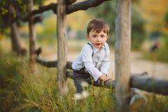 Gullig lycklig pojke på gatan Fotografering för Bildbyråer