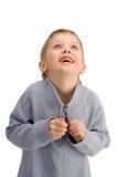 Gullig lycklig pojke som upp ser och förväntar något som är underbar arkivfoto