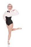 Gullig lycklig ung dansare i korsetten och flugan som isoleras på vit Arkivbilder