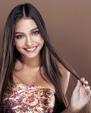 Gullig lycklig ung indisk kvinna i studioslut som ler upp, fashio royaltyfri fotografi