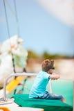 gullig lyxig yacht för pojke arkivbild
