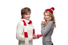 Gullig man som presenterar julgåvan till kvinnan Royaltyfri Foto