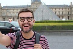 Gullig man som utomhus tar en selfie fotografering för bildbyråer