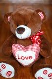 Gullig mjuk leksaknallebjörn med hjärtaförälskelse Arkivfoton