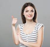 Gullig mjuk ren le posera grå bakgrund för härlig stående för ung kvinna Arkivbilder