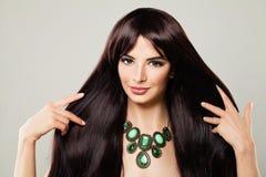 Gullig modell Woman med makeup och långt brunt hår som trycker på hennes mummel Arkivfoton