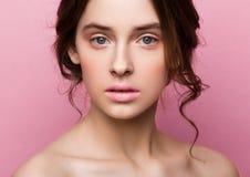 Gullig modemodell för skönhet med naturligt smink Royaltyfri Fotografi
