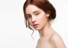Gullig modemodell för skönhet med naturligt smink Royaltyfria Bilder