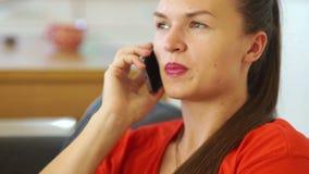 Gullig nätt flicka som talar på mobiltelefonen Affärskvinna i en röd klänning framförd mobil bild för anslutning 3d långsam rörel lager videofilmer