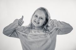 Gullig n?tt flicka med den lyckliga framsidan och tummar upp gest I m?nskliga sinnesr?relser och uttryck arkivfoton