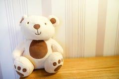 Gullig nallebjörn i ett barnrum på trätabellen royaltyfri fotografi