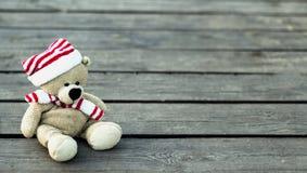 Gullig nallebjörn på en träbakgrund, kopieringsutrymme royaltyfria bilder